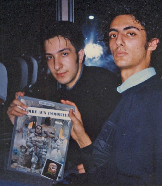"""Eccomi a 17 anni (a sinistra) con l'albo """"La fiera degli Immortali"""" edizione originale Francese, comprato a Parigi durante la gita scolastica del Liceo."""